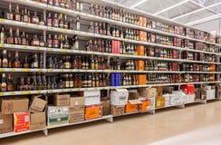 Ställa ut alkoholdrycker på stormarknaden Auchan Arkivbilder