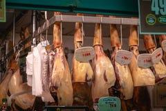 Ställa ut av delikatessaffär shoppar och rökt spansk skinka royaltyfri bild