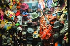 Ställa ut av en hatt, och tappningpåsen shoppar i Milan royaltyfria bilder