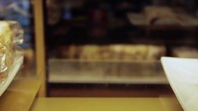 Ställa ut av kakor i fönsterskärmkantin för arkivfilmer