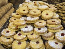 Ställa ut en bakelse shoppar med kakor med driftstopp Royaltyfria Foton