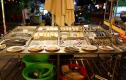 Ställa ut gatakafét med skaldjur arkivbild