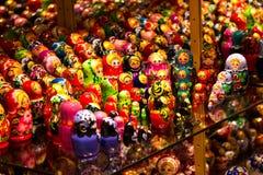 Ställa ut i souvenirna shoppar med slavic som bygga bo dockor Fotografering för Bildbyråer