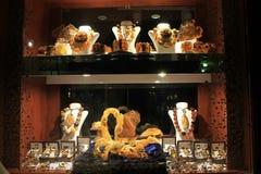 Ställa ut med bärnstensfärgade produkter och smycken royaltyfri bild