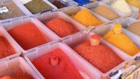 Ställa ut med färgrika orientaliska kryddor och smaktillsatser på gatamarknaden lager videofilmer