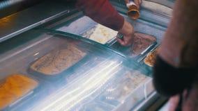 Ställa ut med glass som säljs av vikt arkivfilmer