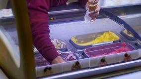 Ställa ut med glass som säljs av vikt stock video