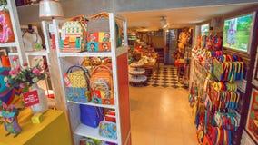 Ställa ut med kläder för modern design, och souvenir i en tranding shoppar Royaltyfria Bilder
