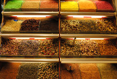 Ställa ut med olika typer av te på kryddabasaren i Ista Royaltyfri Foto