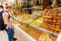 Ställa ut med orientaliska sötsaker, muttrar i sortiment Arkivfoto
