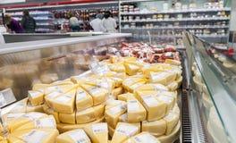 Ställa ut med ost som är klar till försäljningen Arkivbilder