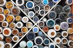 Ställa ut med prövkopior av olika knappar Arkivbilder