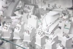 Ställa ut med smycken royaltyfria foton