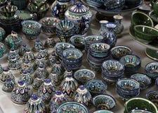 Ställa ut med souvenir, keramiska plattor och pialas Arkivfoto