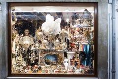 Ställa ut med typiska Venetian maskeringar på gatan som kallas `-Rio Tera San Leonardo `, Royaltyfria Foton