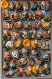 Ställa ut med uzbekiska souvenir, magneter Arkivbilder
