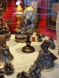 Ställa ut presentaffärer, den historiska centralen och största varuhuset av St Petersburg som placerar gården Arkivbild