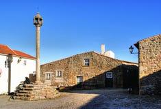 Ställa vid skampålen i historisk by av Castelo Mendo Fotografering för Bildbyråer