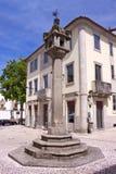 Ställa vid skampålen i Vila Real, Portugal Arkivbilder
