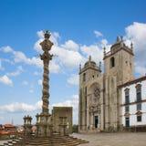 Ställa vid skampålen och Se-domkyrkan i Porto arkivfoto