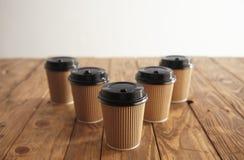 Ställde bort pappers- koppar in för brunt papptagande med svarta lock Royaltyfria Foton