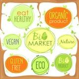 Ställde den bio symbolen in för vektorn i trädfilialer av etiketter, stämplar eller klistermärkear med tecken - den Bio marknaden vektor illustrationer
