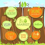 Ställde den Bio symbolen in för vektorn på ett trästaket av etiketter, stämplar eller klistermärkear med tecken - den Bio marknad vektor illustrationer