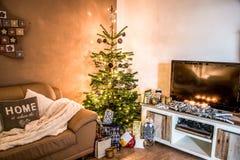 Ställde in det härliga vardagsrumträdet för glad jul aithgåvor som hemma dekorerades för lyckliga ferier royaltyfri foto