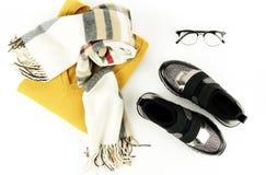 Ställde kläder och tillbehören in för mode för kvinna för lekmanna- bästa sikt för lägenhet på vit bakgrund arkivbild