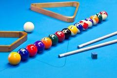 Ställde upp modiga bollar för Billiardpöl på billiardtabellen Arkivbilder