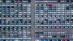 Ställde upp nya bilar för flyg- sikt i porten för import och export, arkivfoto