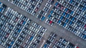 Ställde upp nya bilar för flyg- sikt i porten för import och export, arkivfoton