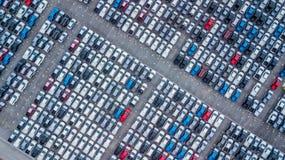 Ställde upp nya bilar för flyg- sikt i porten för import och export, arkivbild