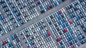 Ställde upp nya bilar för flyg- sikt i porten för import och export, royaltyfri bild