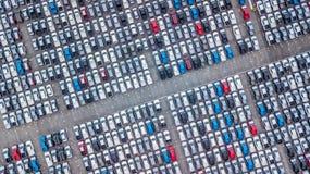 Ställde upp nya bilar för flyg- sikt i porten för import och export, arkivbilder