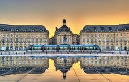 Ställe de la Börs som reflekterar från vattenspegeln i Bordeaux, Frankrike Arkivfoto