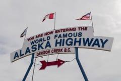 Ställe för Alaska huvudvägstart i Dawson Creek arkivbilder