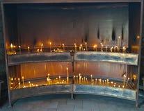 Ställe för blixtstearinljus i kloster, Serbien Arkivbild