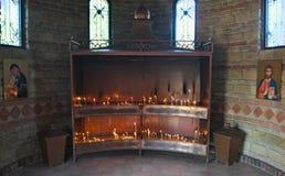 Ställe för blixtstearinljus i kloster, Serbien Arkivfoto