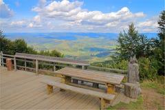 Ställe för en picknick överst av ett berg Royaltyfria Bilder