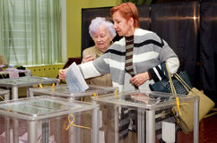 Ställe för folk av röstningväljare i de nationella politiska valen i Ukraina Vallokal Royaltyfri Bild