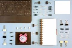 Ställe för text på en tom sida av notepaden Runt om exakt lekmanna- brevpapper Liten rosa tid för ringklockasymbolarbete arkivbild