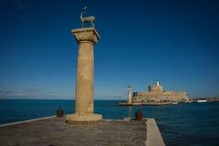 Ställe i porten av Rhodes, var stått kolossen av Rhodes Arkivfoto