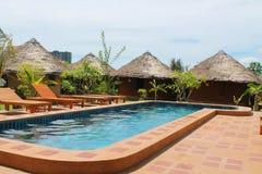 Ställe med bungalower och en simbassäng Fotografering för Bildbyråer