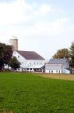 Ställe und Silos auf Bauernhof Stockfotos