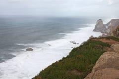 Ställe var havet möter landet höga klippor Stora vågor och byiga vindar Cabo da Roca - regnig dag Arkivbild