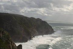 Ställe var havet möter landet höga klippor Stora vågor och byiga vindar Cabo da Roca - regnig dag Royaltyfri Fotografi
