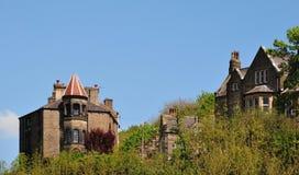 Ställer gotiska hus in för högväxt sten i skogsmarklandskapet som jag hebden den västra bron - yorkshire med blå himmel royaltyfri fotografi