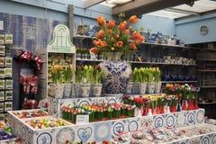 Ställer ut av holländare shoppar med typisk disk för blått Royaltyfri Bild
