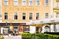 Ställer ut av shoppa Hard Rock Cafe i Prague arkivfoto